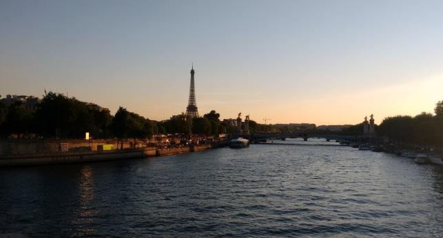 Por do sol, visto da ponte Alexandre III Paris