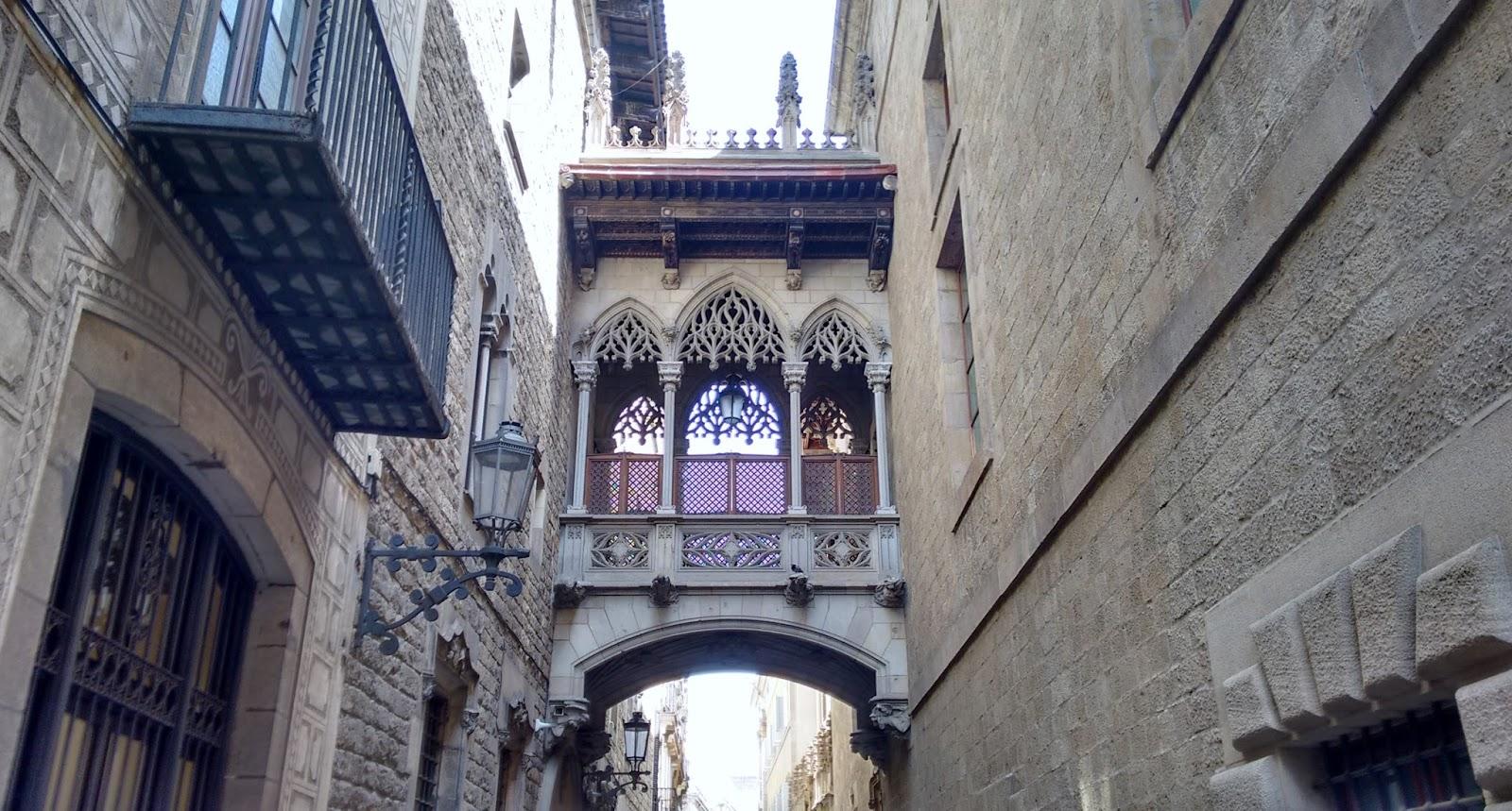 Passagem em rua do bairro gótico Barcelona