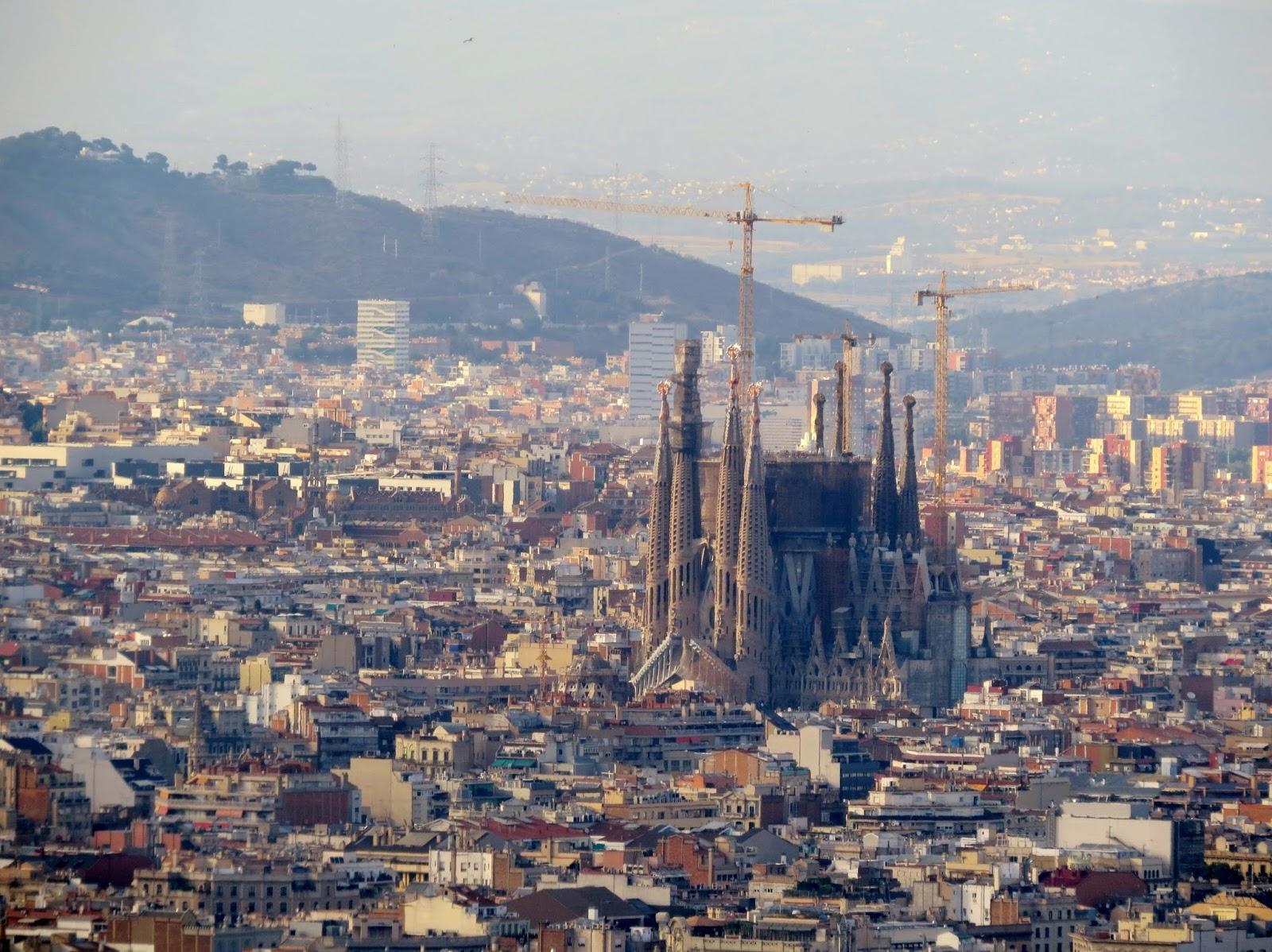 Torres da Sagrada Família se destacam na cidade