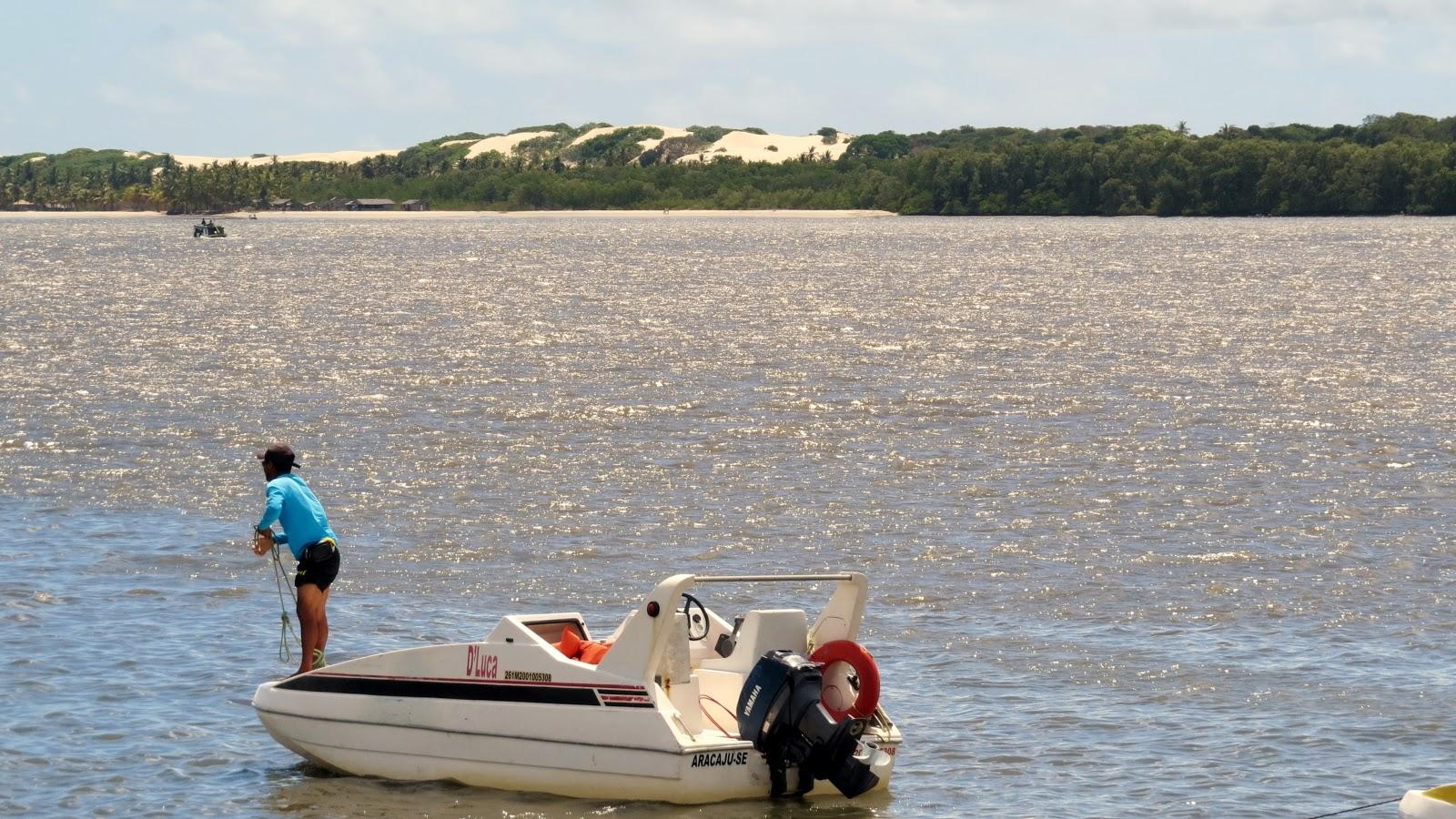 Barcos atravessam rio para Mangue Seco