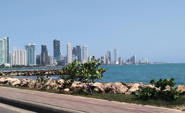 vista da praia de bocagrande com prédios ao fundo em Cartagena