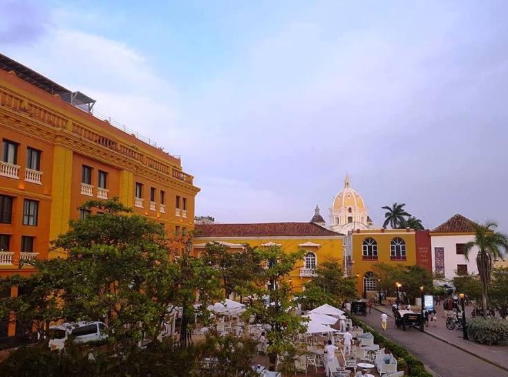 Praça na cidade amuralhada de Cartagena