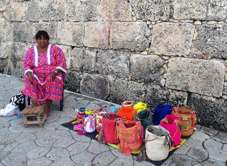 índia wayuu na cidade amuralhada em Cartagena