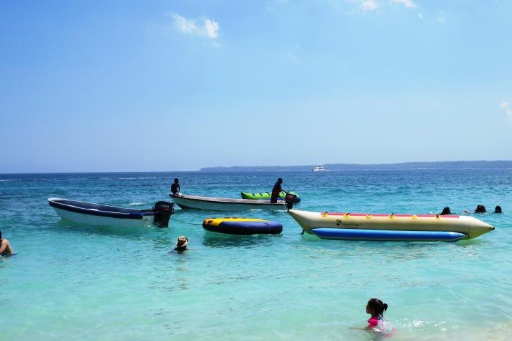 crianças e barcos no mar tranquilo de Playa Blanca