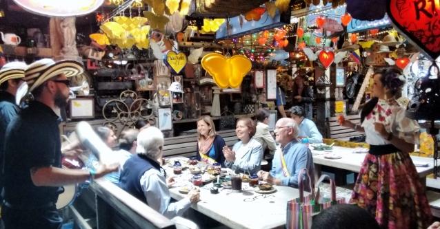 Músicos no restaurante Andre Carne de res Chia Colômbia