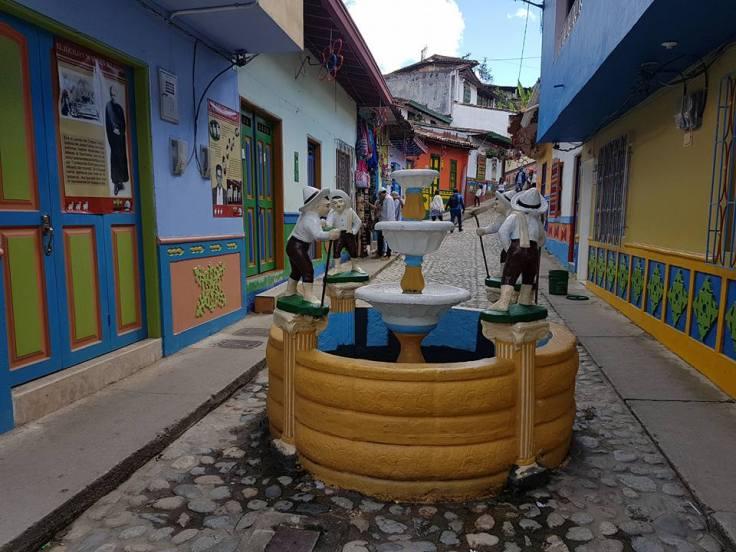 rua e fonte decorada com zocalos em Guatapé