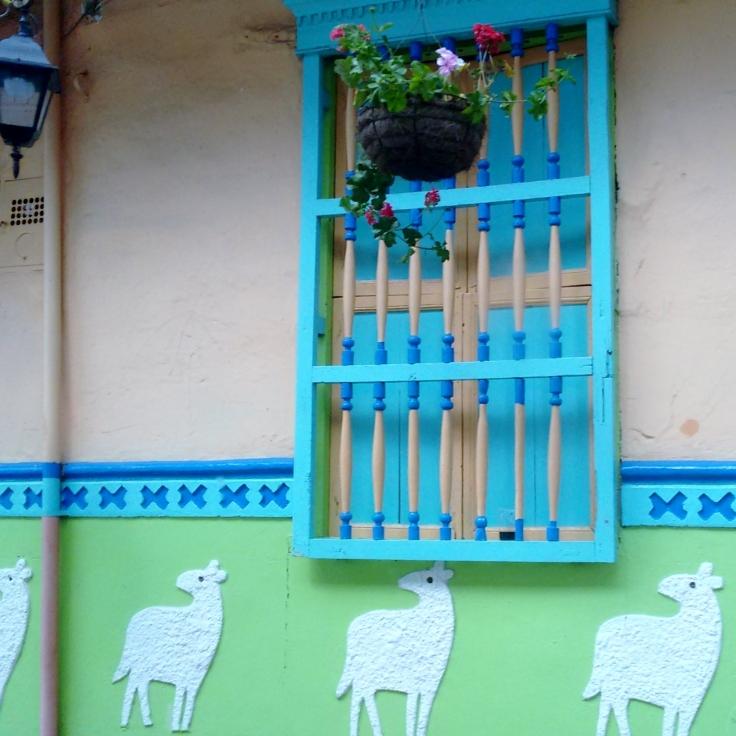 zócalos com figuras de animais enfeitam casa em Guatapé