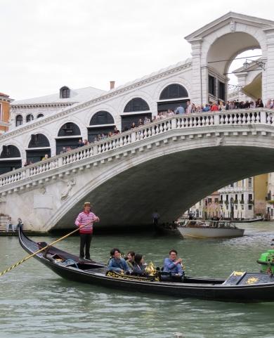 veneza-ponte-rialto-gondola