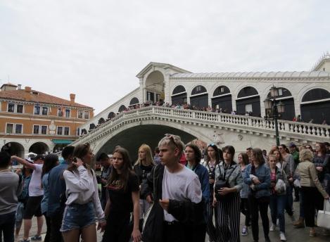 veneza--rialto-turistas