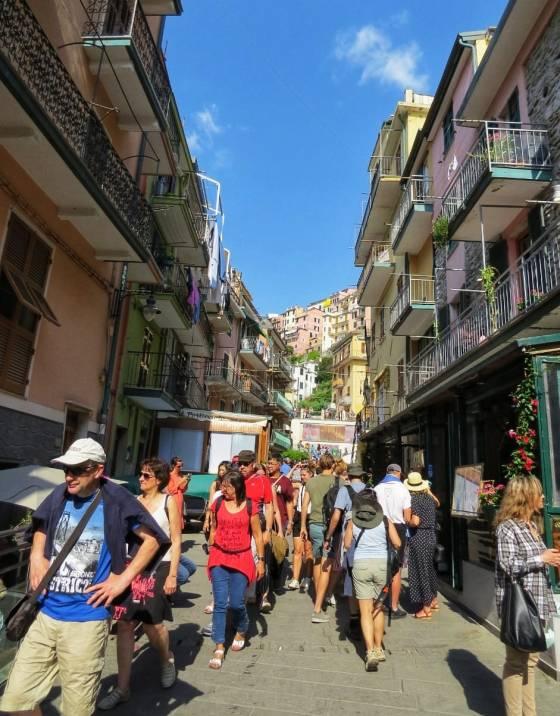 Ruas de Cinque Terre com muitos turistas