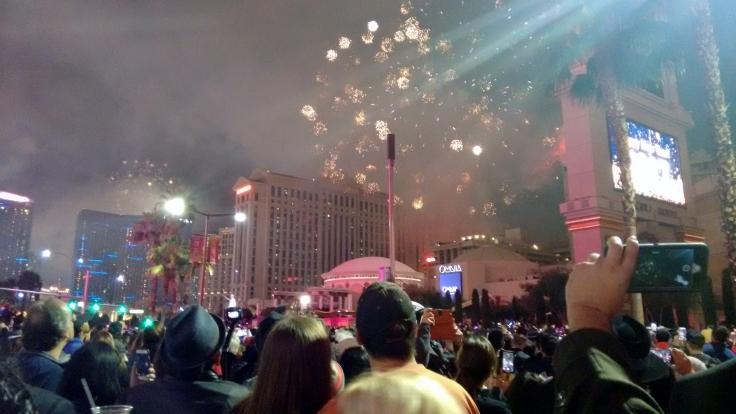 Pessoas assistem queima de fogos na Strip