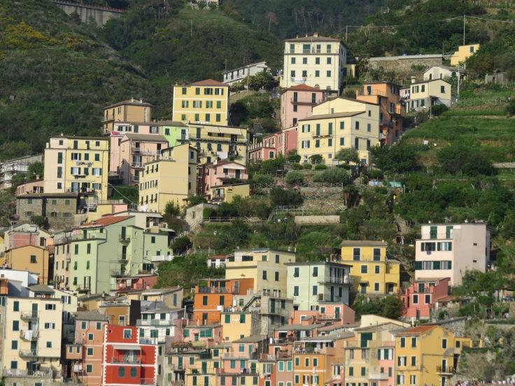 Casas na íngreme vila de Riomaggiore